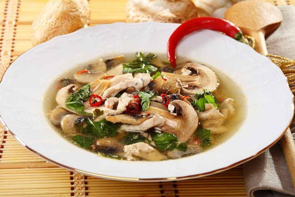 Способ приготовления куриного супа с грибами: