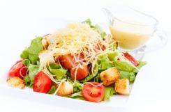 Диетический салат Цезарь с рыбой
