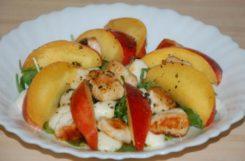 Диетический салат с грудкой и персиком