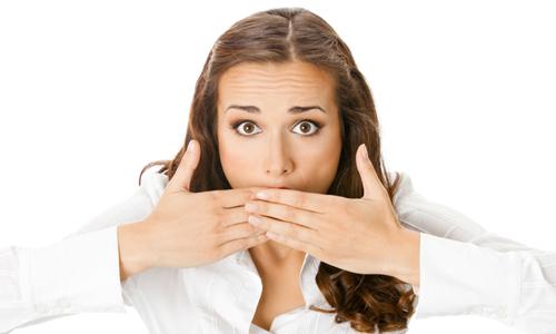 По какой причине образуется запах ацетона изо рта у взрослого человека?